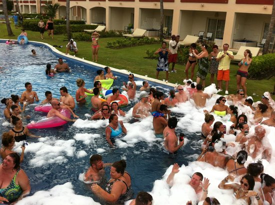 Majestic Colonial Punta Cana : Foam Pool Party - swim-up pool rooms