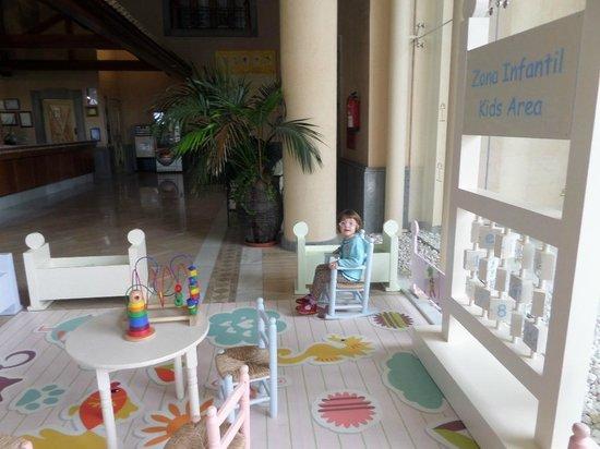 Costa Adeje Gran Hotel: Детская зона у регистратуры