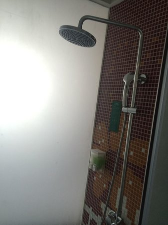 Shanshui Trend Hotel Beijing Tianzhu: Shower was clean, and no mould or dirt ,