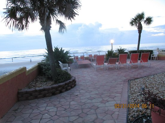 Lexington Inn & Suites: View of Patio & Beach from our Balcony