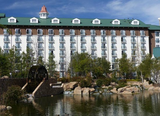 Barona Valley Ranch Resort & Casino: Hotel view and landscaped grounds.