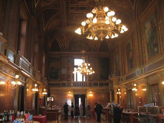 Hungarian State Opera House (Magyar Allami Operahaz) : вид золотого холлас кафетерием