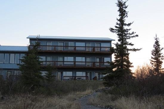 Denali Lakeview Inn : view of the bed and breakfast from the lake shore