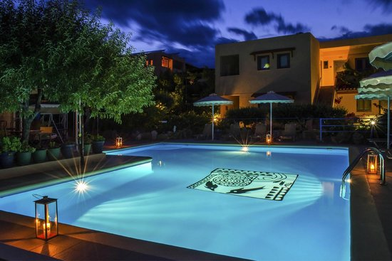 Elounda Heights Apartments and Studios: Pool at night