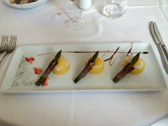 Sapor Di Vino: Polentine, crema al parmigiano, uova di quaglia con asparagi e speck