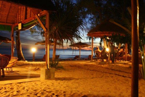 Papa Pippo Bar, Restaurant & Bungalows : As the sun sets