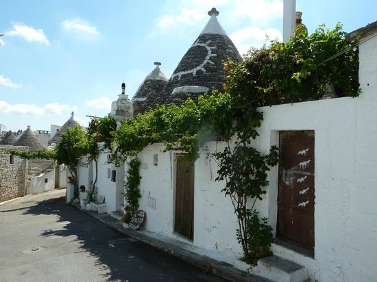 Trulli Holiday - Resort : rue du village d'Abarebello