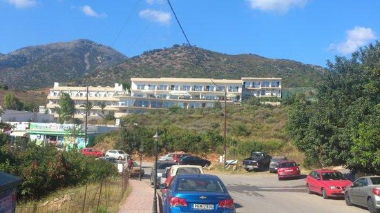 Atali Village: L'hotel vu de la route
