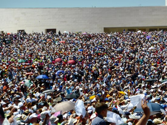 Shrine of our Lady of the Rosary of Fatima: Day Procession, waving of white handkerchiefs