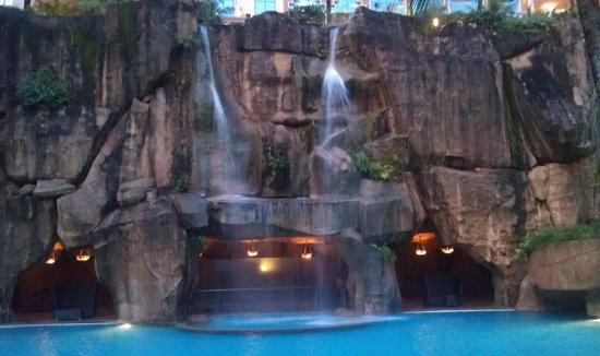 Sunway Resort Hotel & Spa : Водопад у бассейна