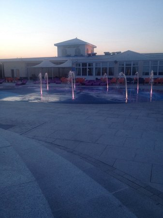 Butlins Skegness Resort: Night show of water fountains