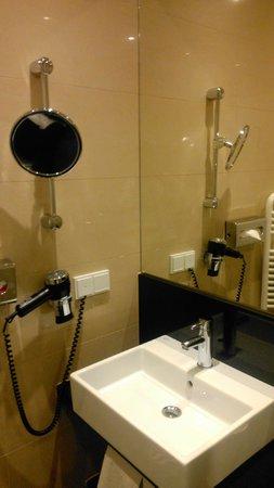 IntercityHotel München: Modern bathroom