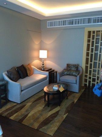 Amari Watergate Bangkok: Living room in the Grand Deluxe