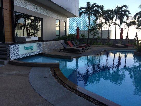 Amari Watergate Bangkok: Spa at the pool side