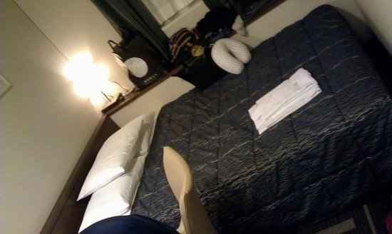 Shinjuku Washington Hotel Main: Comfy bed, although the color of comforter is too dark for my taste. Clean and odor-free bedding