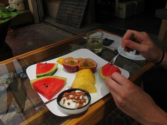 Infiniti Cafe & Lounge: Fruit platter