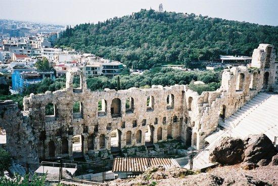 Philopappos Hill : 「イロド・アティコス音楽堂」の観客席からみたフィロパポスの丘