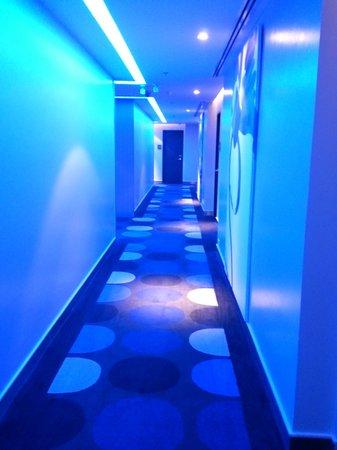 Holiday Inn Express Bangkok Siam: なぜか廊下の照明が真っ青