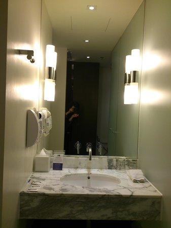 Holiday Inn Express Bangkok Siam: 洗面台。
