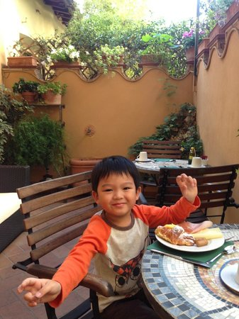 B&B Tourist House Ghiberti: 花園露臺早餐