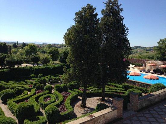 Relais Sant'Uffizio Wellness & SPA: 迷宮花園及游泳池
