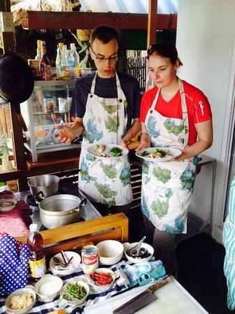 Sandwich Me : Lovely customers helping each other to create delicious Tom Yum Soup for their Thai cooking less