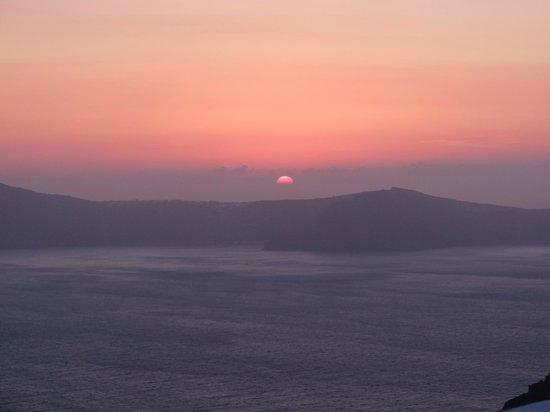 Galini Villas: Coucher de soleil derrière le volcan, vue prise de la terrasse