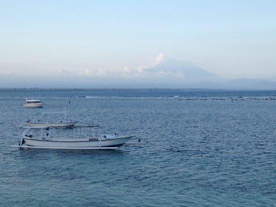 La Taverna Suites : Vue sur mont agung et mer depuis l hotel