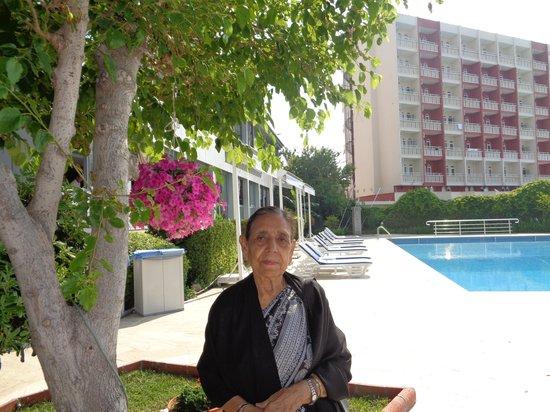 Lara Hotel Antalya: Relaxing by the pool.