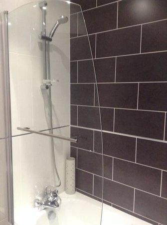 Beachcombers Hotel: Good shower in new bathroom