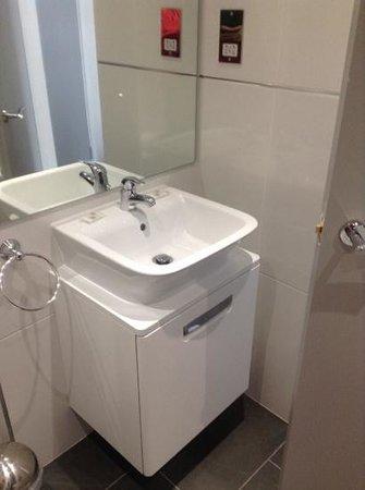 Beachcombers Hotel: new bathroom