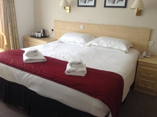 Beachcombers Hotel: Large bed, clean and tidy room