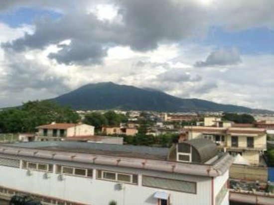 Relais Villa Buonanno: View of Vesuvius from our enormous balcony