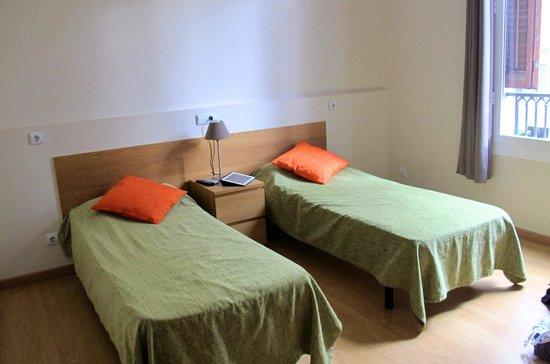 Barcelona Central Garden Hostel: Our beds.