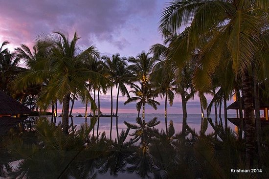 Constance Belle Mare Plage: View at dusk from the reception area