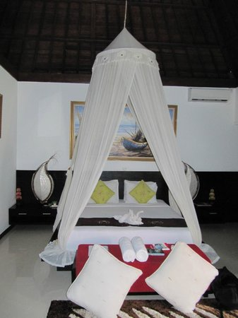 Baruna Sari Villa: the bedroom