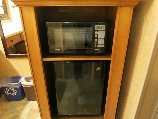 The Lexington at Jackson Hole: 洗面台エリアにある電子レンジとミニ冷蔵庫。床は床暖房。