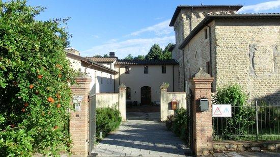 Villa Giardino: l'ostello dall'esterno, un armonico e curato complesso architettonico!