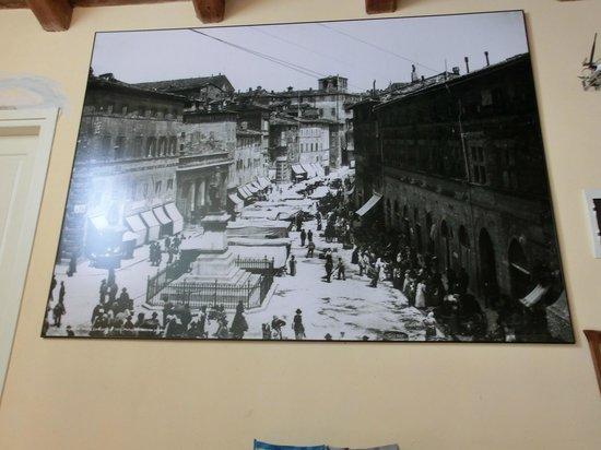 Villa Giardino: Alle pareti grandi stampe di foto d'epoca si Perugia e dintorni