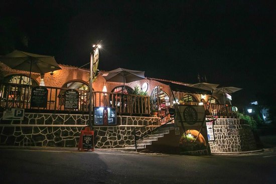 The Treehouse Bar & Grill: Treehouse at night