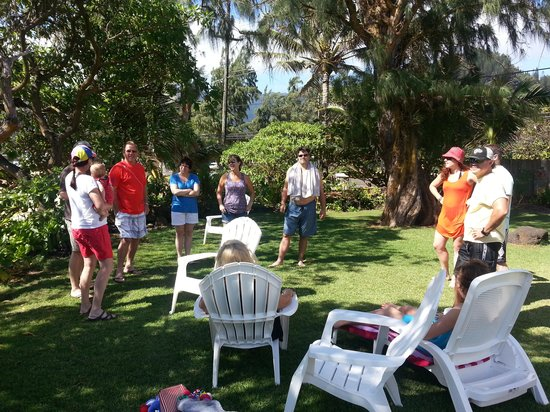 Hale Ko'olau : Friends and family meet up in the garden at Nani Kai Hale