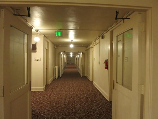 Mammoth Hot Springs Hotel & Cabins : 廊下