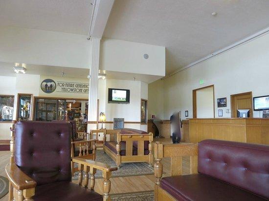 Mammoth Hot Springs Hotel & Cabins : ロビー。TVモニター(でも情報が流れるだけでTV番組は流れない)の下に給水器。