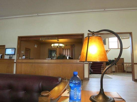 Mammoth Hot Springs Hotel & Cabins : ロビー。階段の登り口に朝はコーヒー等が無料で置かれる。