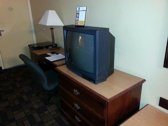 Quality Inn & Suites: Ancient tv and furniture