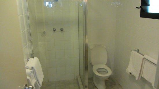 Mercure Darwin Airport Resort: bathroom