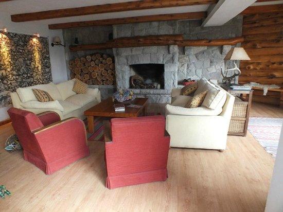 Las Marianas Hotel: Comodi divani per relax intorno al fuoco