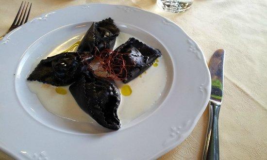 ravioli in nero con ripieno di baccalà mantecato e salsa di crema di ...