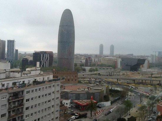 Urbany Barcelona Hostel : Vue sur la Tour Agbar depuis la terrasse