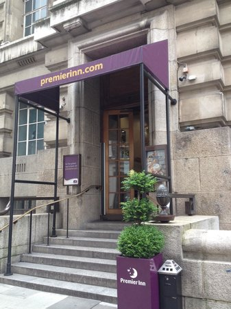 Premier Inn London County Hall Hotel : L'entrée de l'hôtel